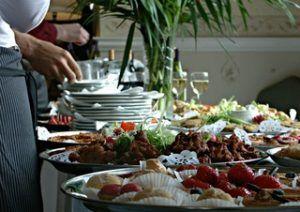 Consommer mieux et moins cher en vacances : optimiser les postes loisirs et nourriture